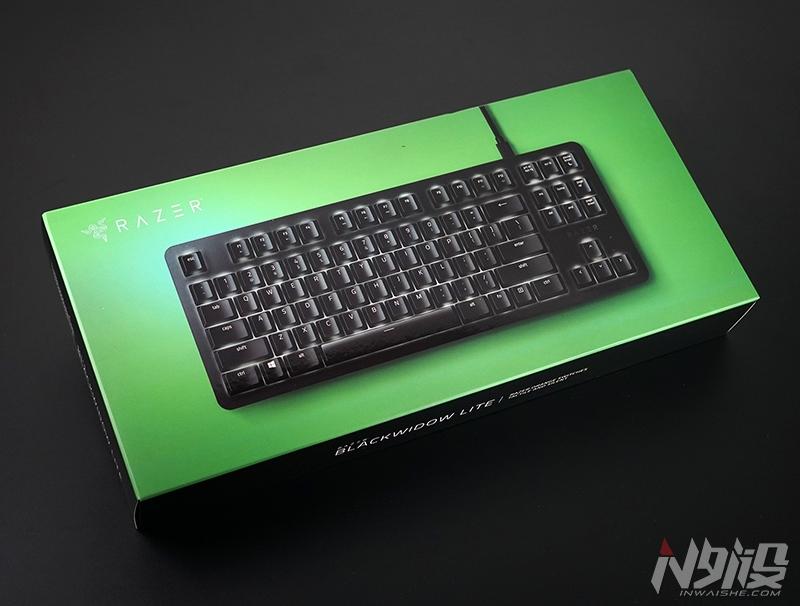 雷蛇黑寡妇蜘蛛轻装版机械键盘采用了全新设计语言,极简风格,纤薄式底座+悬浮式框架,且配上了一套专属定制半高矮键帽,整体高度仅约36mm,在搭载非矮轴前提下,相当纤薄的表现。采用87键配列,F区和主键区之间还是预留了间隔,利于上手适应,否则键盘还能做得更紧凑。相比大多数87机械键盘拥有更轻盈重量,659g(官方数据)净重对便携相对好友。   键盘上盖铝合金材质,黑色阳极和磨砂表面,质感和手感都非常细腻。通体无发光LOGO设计,只保留方向键上方RAZER英文标志,不同角度、光线下若隐若现效果。区别于黑寡妇