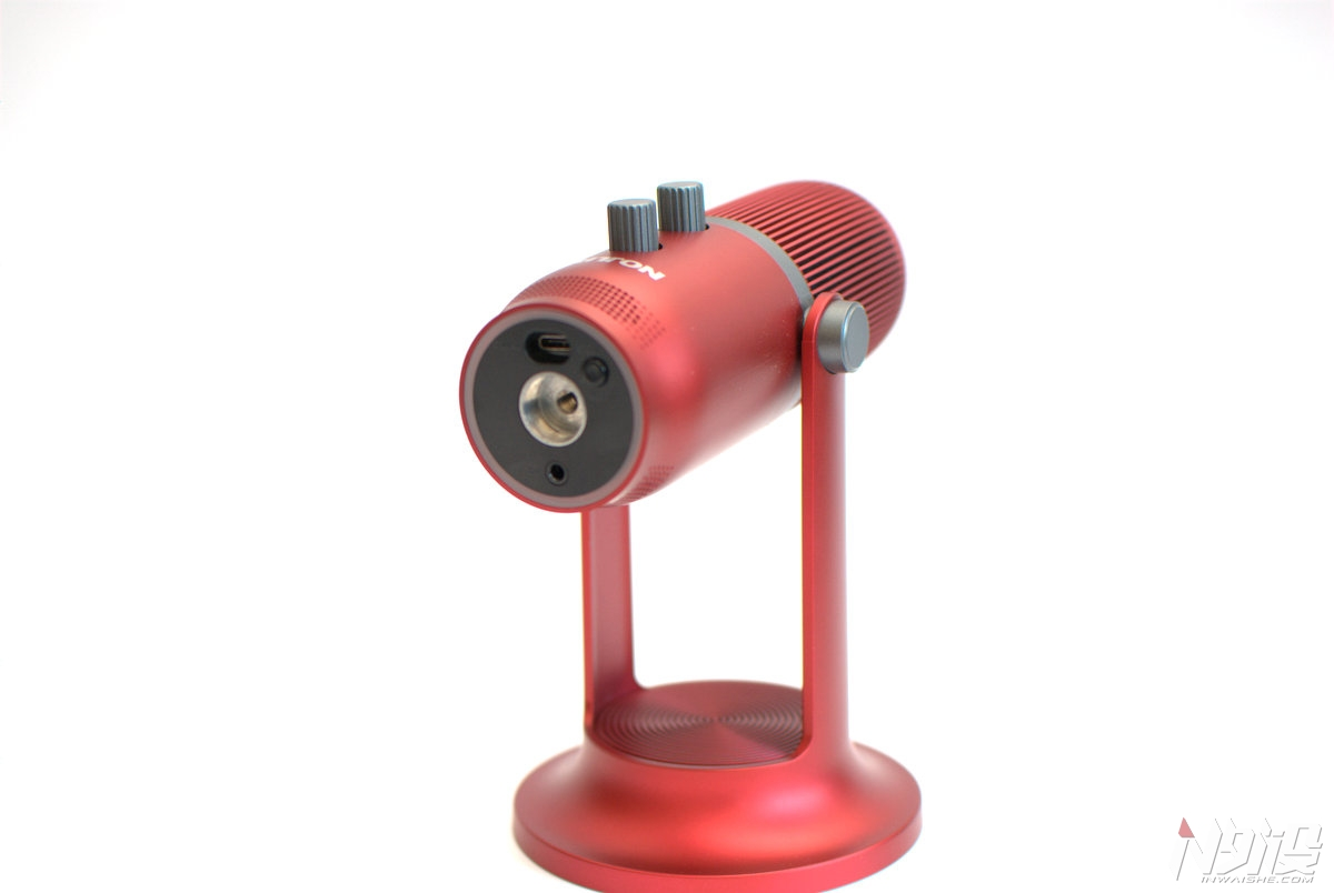 总结 Tritton HALO电容麦克风在外观设计以及采集能力等方面均有比较不错表现,可以满足不同用户的多种使用场景需求。 优点 1、产品外形时尚,拆装方便适用于摆放或者是悬停使用。 2、收音效果强大,拥有多种模式以及调节,底部氛围灯烘托效果满意。 缺点 1、没有驱动支持,调节方面只能通过手动按钮进行调节。 2、细微之处的做工需要进一步的提高。